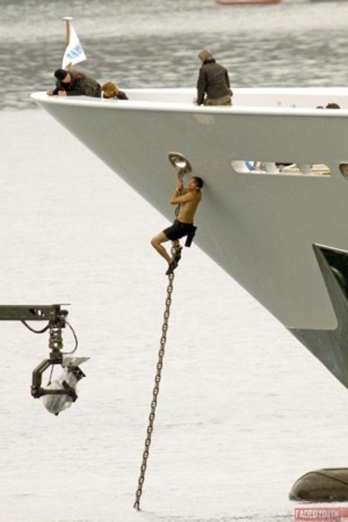 Пока работа Эштона состоит в том, чтобы ползать по якорной цепи роскошной яхты Номад.